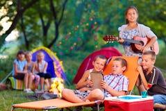 Groep gelukkige jonge geitjes op de zomerpicknick stock foto's