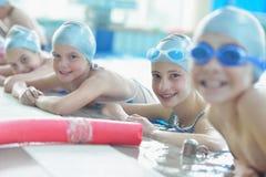 Groep gelukkige jonge geitjeskinderen bij zwembad Royalty-vrije Stock Afbeeldingen