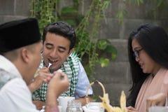 Groep gelukkige jonge moslim hebbend diner openlucht tijdens ramadan stock foto's