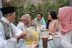 Groep gelukkige jonge moslim hebbend diner openlucht tijdens ramadan royalty-vrije stock foto's