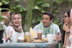 Groep gelukkige jonge moslim hebbend diner openlucht tijdens ramadan royalty-vrije stock afbeeldingen