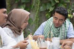 Groep gelukkige jonge moslim hebbend diner openlucht tijdens ramadan royalty-vrije stock foto