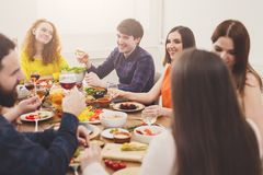 Groep gelukkige jongeren bij dinerlijst, vriendenpartij royalty-vrije stock afbeeldingen