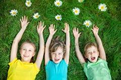 Groep gelukkige kinderen die in openlucht spelen royalty-vrije stock foto