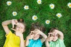 Groep gelukkige kinderen die in openlucht spelen royalty-vrije stock afbeelding