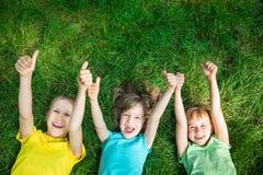 Groep gelukkige kinderen die in openlucht spelen stock foto