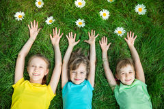 Groep gelukkige kinderen die in openlucht spelen royalty-vrije stock afbeeldingen