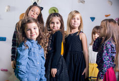 Groep gelukkige kleuters die in speelkamer dansen stock foto