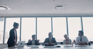 Groep gelukkige medewerkers die in conferentieruimte samenkomen stock footage
