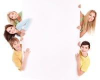 Groep gelukkige mensen die banner houden. Royalty-vrije Stock Foto