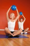 Groep gelukkige mensen in gymnastiekruimte Royalty-vrije Stock Afbeelding