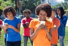Groep gelukkige mensen met cellphones stock afbeeldingen