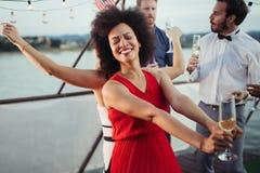 Groep gelukkige mensen of vrienden die pret hebben bij partij royalty-vrije stock foto