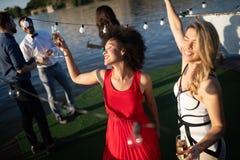 Groep gelukkige mensen of vrienden die pret hebben bij partij royalty-vrije stock foto's