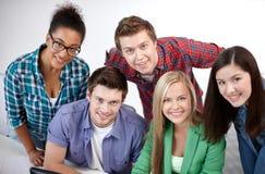 Groep gelukkige middelbare schoolstudenten of klasgenoten royalty-vrije stock fotografie