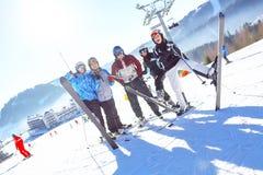 Groep gelukkige skiërs die - Skiërs die pret op de sneeuw hebben glimlachen Selectieve nadruk stock afbeeldingen