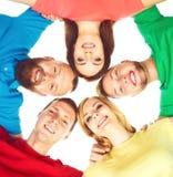 Groep gelukkige studenten die samen blijven Stock Foto