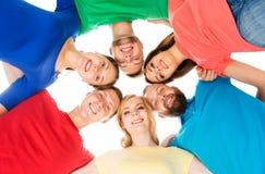 Groep gelukkige studenten die samen blijven Stock Afbeeldingen