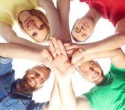 Groep gelukkige studenten die samen blijven Royalty-vrije Stock Fotografie