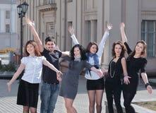 Groep gelukkige studenten die zich op de straat bevinden royalty-vrije stock foto's