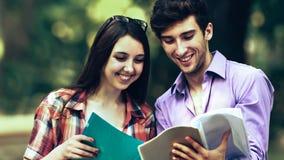 Groep gelukkige studenten met boeken in de Park Zonnige dag stock afbeelding