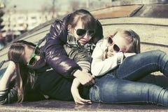 Groep gelukkige tienermeisjes in een stadsstraat Stock Foto