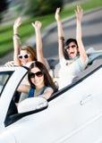 Groep gelukkige tieners in de witte auto royalty-vrije stock foto's