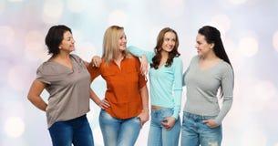 Groep gelukkige verschillende vrouwen in vrijetijdskleding stock foto's