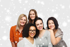 Groep gelukkige verschillende vrouwen in vrijetijdskleding Stock Foto