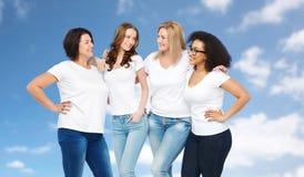 Groep gelukkige verschillende vrouwen in witte t-shirts royalty-vrije stock fotografie