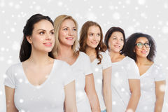 Groep gelukkige verschillende vrouwen in witte t-shirts Stock Foto