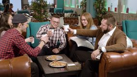Groep gelukkige vrienden die een toost met koffie maken bij koffie stock video