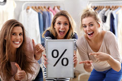 Groep gelukkige vrienden die in opslag winkelen royalty-vrije stock foto