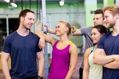 Groep gelukkige vrienden in gymnastiek Stock Foto