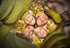 Groep gelukkige vrienden met hoofden samen Royalty-vrije Stock Foto's