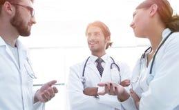 Groep geneeskunde artsen die tijdens conferentie, bodemmening spreken royalty-vrije stock foto's