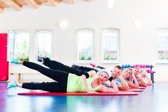 Groep geschiktheidsmensen in gymnastiek Stock Afbeeldingen