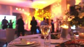 Groep gesilhouetteerde mensen die in een donkere banketzaal dansen voor een huwelijksontvangst Het Huwelijksbanket, mensen danst  stock videobeelden