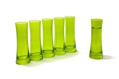 Groep glazen met één apart van hen. stock afbeelding
