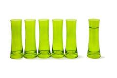 Groep glazen met één apart van hen. stock afbeeldingen
