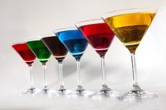 Groep glazen met gekleurde dranken Stock Foto's