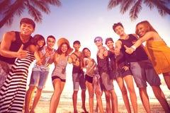 Groep glimlachende mannen en vrouwen die duimen op strand tonen Royalty-vrije Stock Foto's