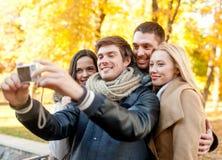Groep glimlachende mannen en vrouwen die selfie maken Stock Afbeelding