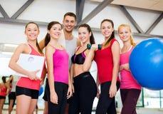 Groep glimlachende mensen in de gymnastiek Royalty-vrije Stock Afbeelding
