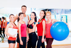 Groep glimlachende mensen in de gymnastiek Royalty-vrije Stock Foto's
