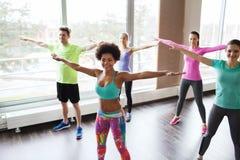 Groep glimlachende mensen die in gymnastiek of studio dansen Royalty-vrije Stock Afbeeldingen
