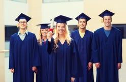 Groep glimlachende studenten in baretten stock afbeelding