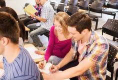 Groep glimlachende studenten in lezingszaal Stock Afbeelding