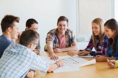 Groep glimlachende studenten met blauwdruk Royalty-vrije Stock Foto