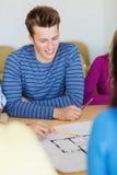 Groep glimlachende studenten met blauwdruk Stock Afbeelding